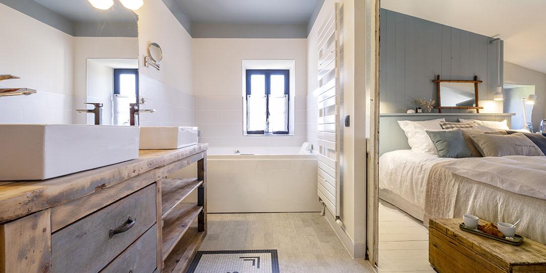Chambre Louis avec baignoire balnéo et salle de bain privative