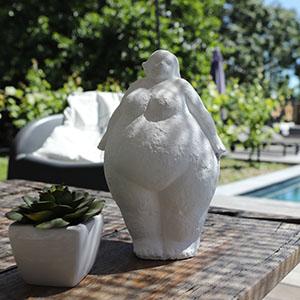 Petite statue à côté de la piscine du gîte à La Rochelle