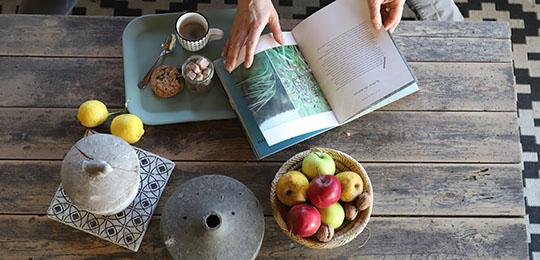 Table en bois avec livre et fruits