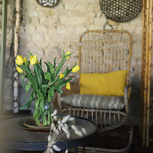 chaise à l'abri du soleil sous le préau